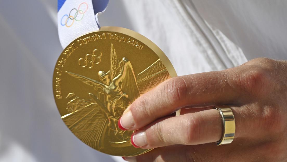 Corona vergessen: Japanischer Bürgermeister beißt in Goldmedaille – Siegerin bekommt neue