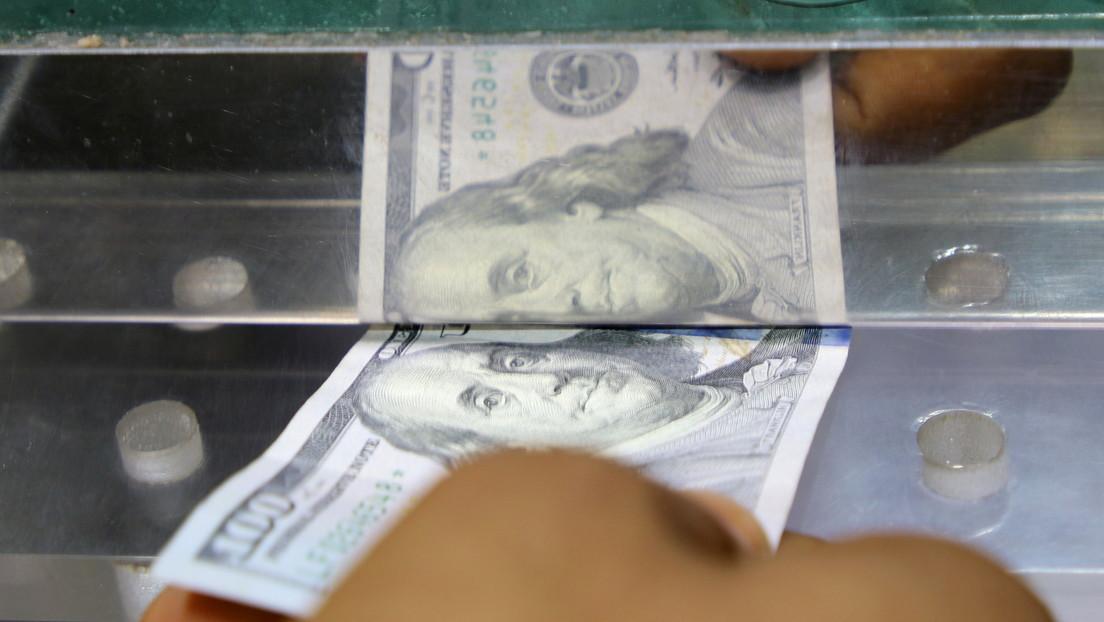 Vertrauensverlust: Russen trennen sich von ihren Ersparnissen in US-Dollar