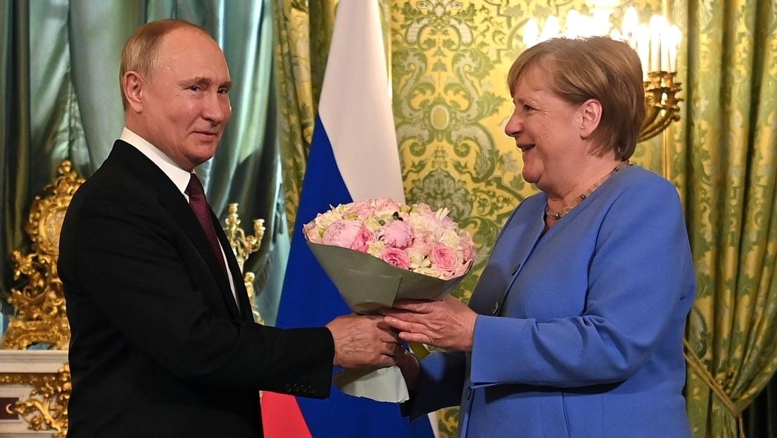 Merkel bei Putin: Bundeskanzlerin wird während des Gipfels von Telefonanruf abgelenkt