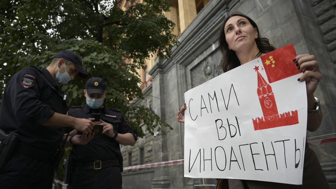 """Mahnwachen gegen Einstufung von Medien als """"Auslandsagenten"""" in Moskau: RT-Journalist festgenommen"""