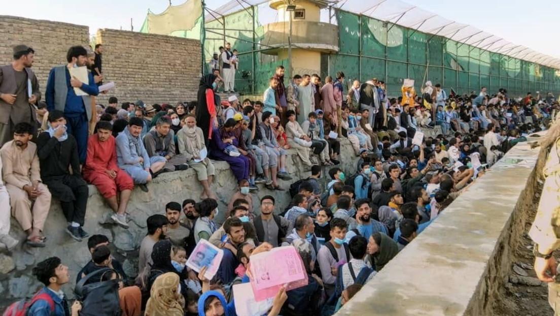 Warnungen vor Terrorgefahr am Flughafen Kabul – Menschenmassen drängen sich weiterhin vor den Toren