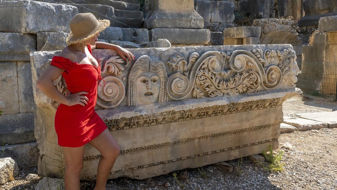 Schuld und Sühne: Russische Touristin bleibt in Sarkophag stecken