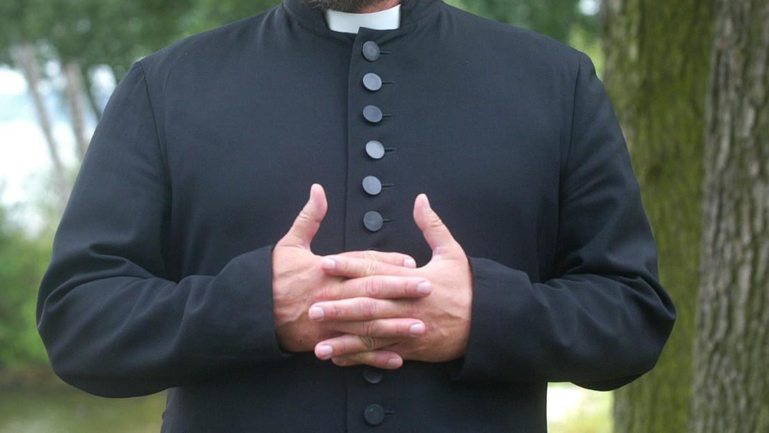 Versetzung ins Ausland: Pfarrer stellte Mainstream-Narrative zu COVID-19 in Frage