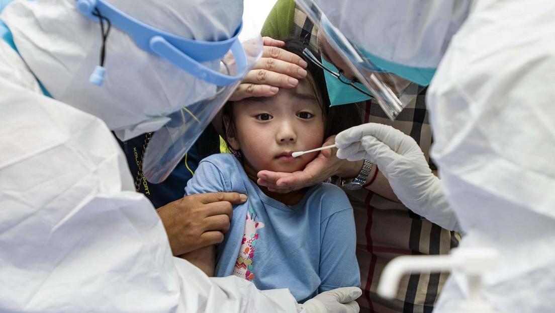 China: Vierjähriges Kind im Ganzkörperanzug allein auf dem Weg  in die Corona-Quarantäne