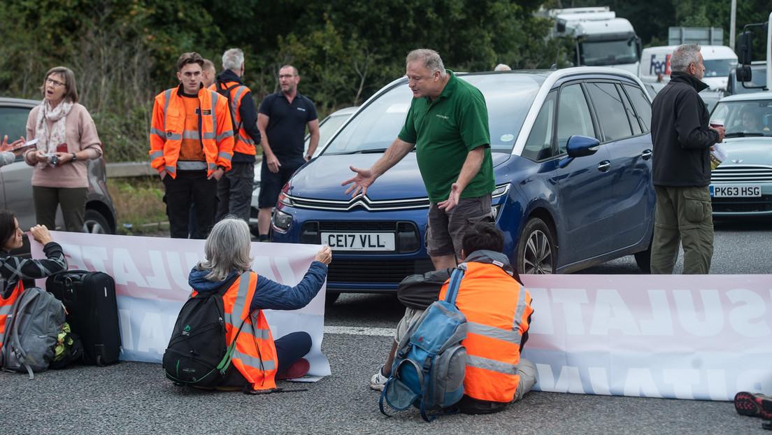 """""""Du fährst nicht vorbei!"""" – Britische Öko-Aktivisten blockieren Autobahn mithilfe der Polizei"""