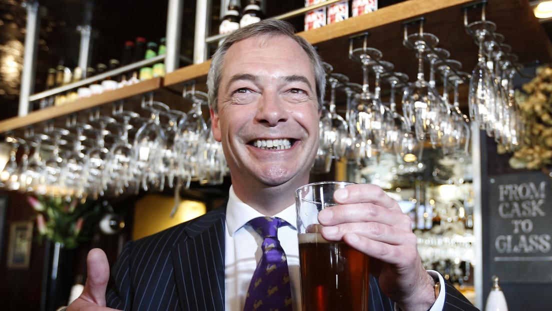 Farage und Unterstützer feiern Rückkehr des Kronenstempels auf Biergläsern als Sieg der Souveränität