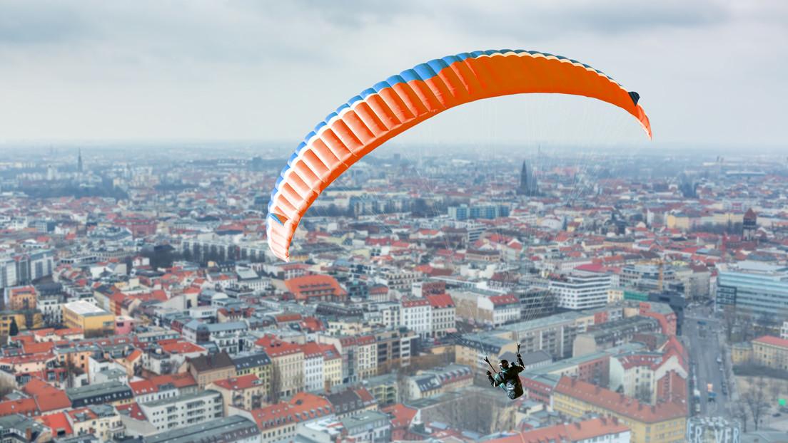 Moskau: Fallschirmspringer segeln von Hochhaus auf Fahrbahn