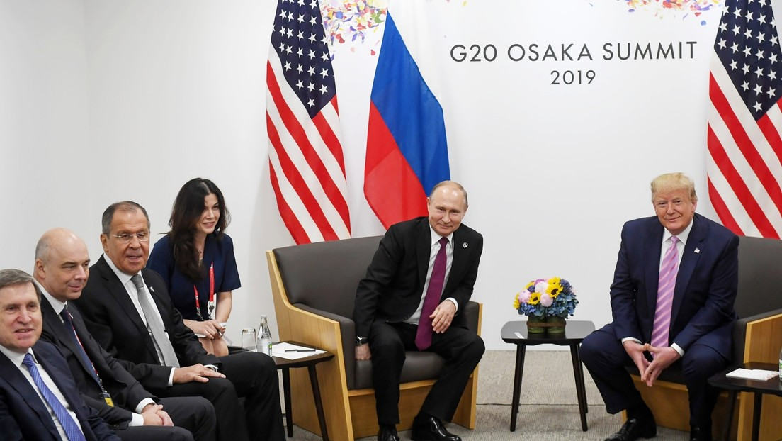 Zu schöne Dolmetscherin: Auszüge aus Buch der Ex-Sprecherin von Trump sorgen für Lacher in Russland