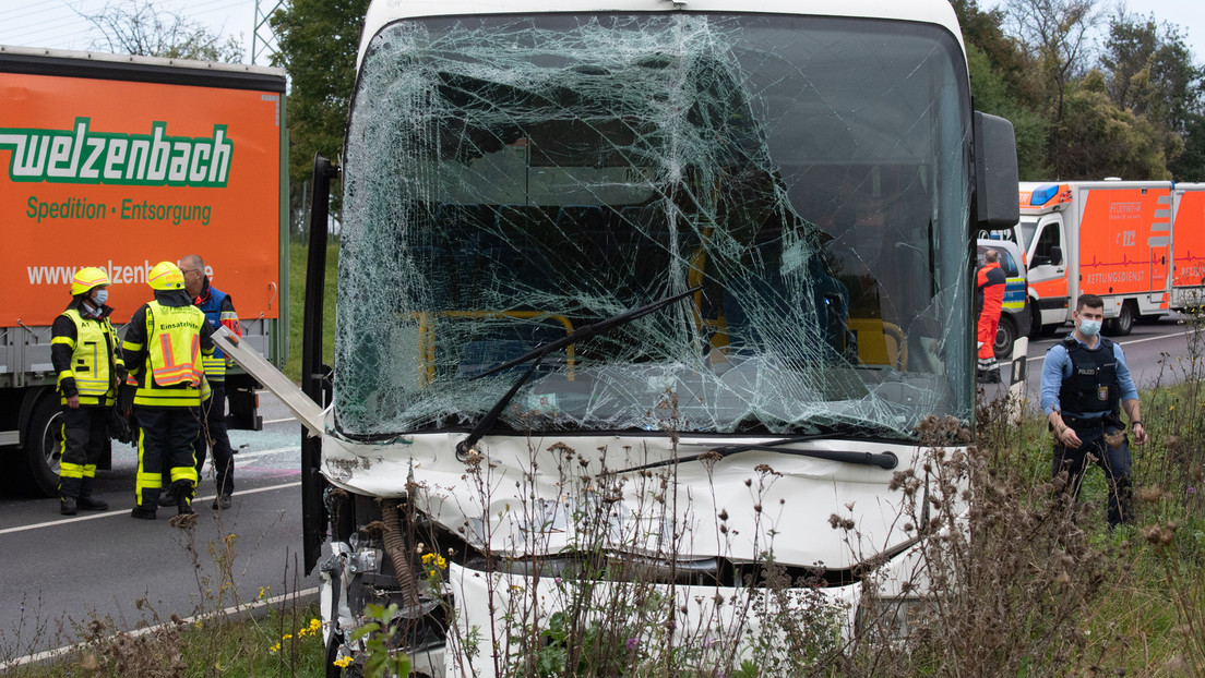 Schwerer Unfall in Frankfurt am Main: Bus mit 34 Kindern an Bord auf Lastwagen aufgefahren