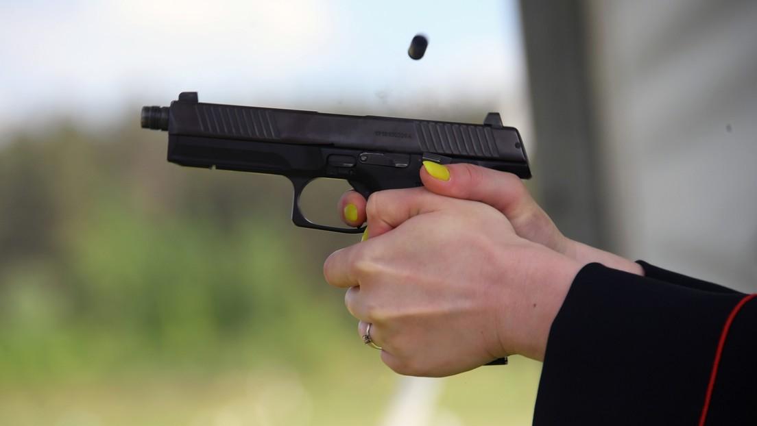 "Kopfschüsse gegen Corona: Russische Heilerin ""behandelt"" COVID-19 mit Brennnessel-Kugeln (Video)"