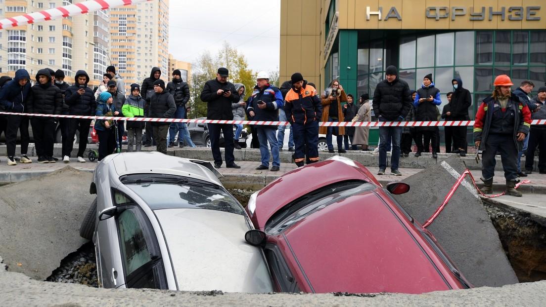 Nowosibirsk: Heizungsrohr undicht – Zwei Autos versinken im Asphalt
