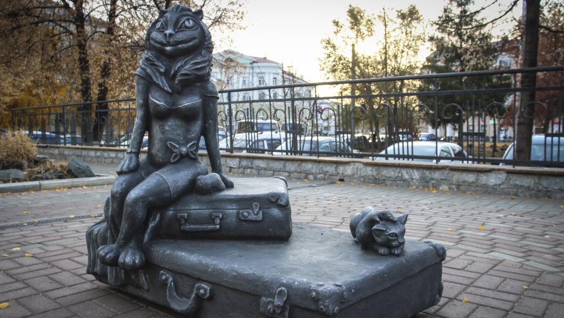 """""""Sagenhafte Hässlichkeit"""": Skulptur einer Katze mit Frauenbrust nach Kritik im Netz demontiert"""