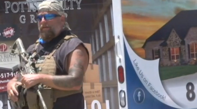 US gun enthusiasts protect 'defenseless' military after Chattanooga attack