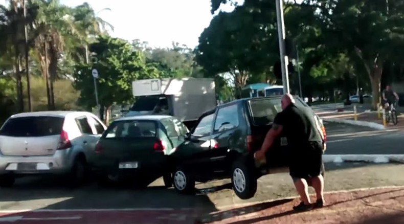 Hulk in Brazil? Cyclist lifts car out of bike lane with bare hands (VIDEO)