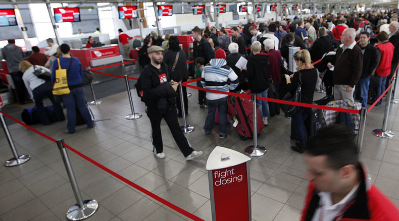 Massive strike hits Aussie airports as Abbott plans pay cuts for customs, immigration staff