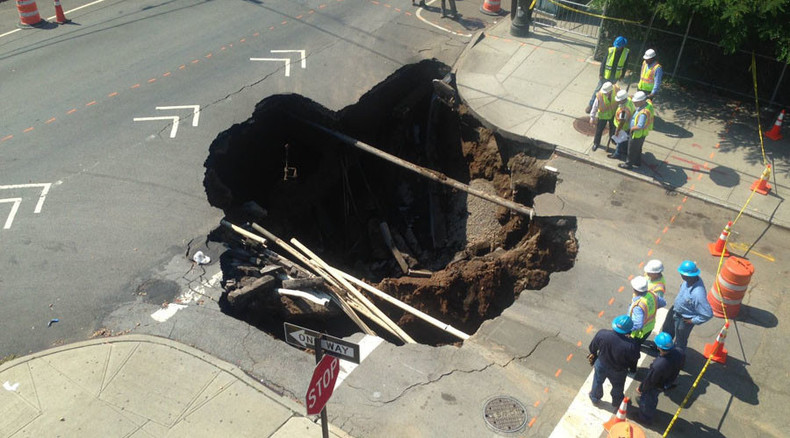 A sinkhole grows in Brooklyn: six-meter crater swallows street