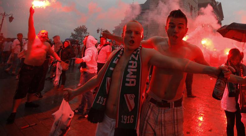 Ukrainian, Polish fans brawl with flares, knives ahead of Europa League match (VIDEO)