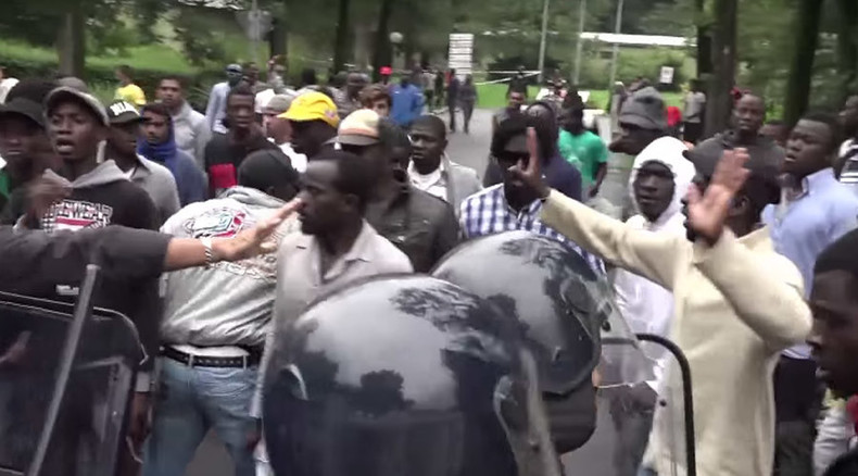 Migrants shut down traffic in Milan to protest living conditions (VIDEO)