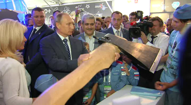 Flying axe: Putin presented with 'cutting-edge' warfare tech at MAKS-2015 (VIDEO)