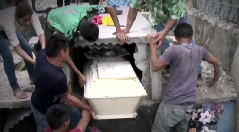 Family breaks into pregnant girl's coffin, believing she was buried alive (VIDEO)