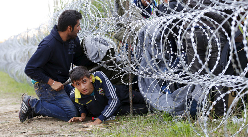 Hungarian police use tear gas against migrants in city of Roszke