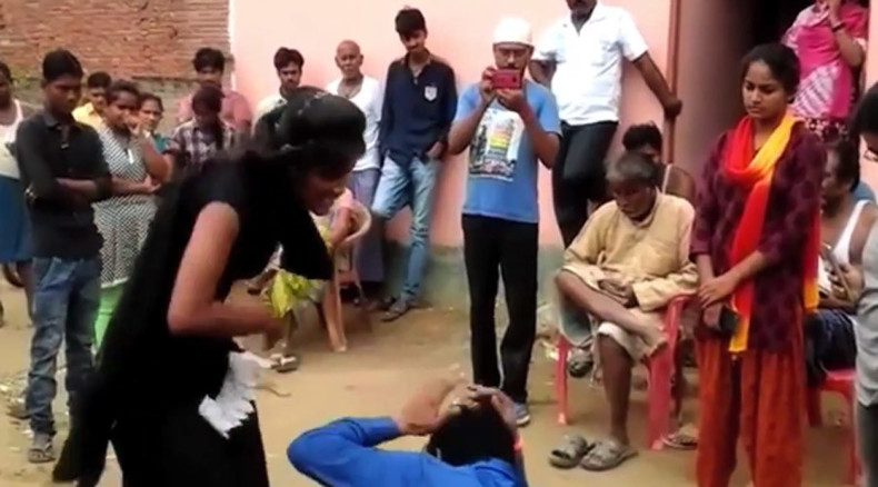 Indian girl fights back against her harasser, bringing him to his knees ( VIDEO)