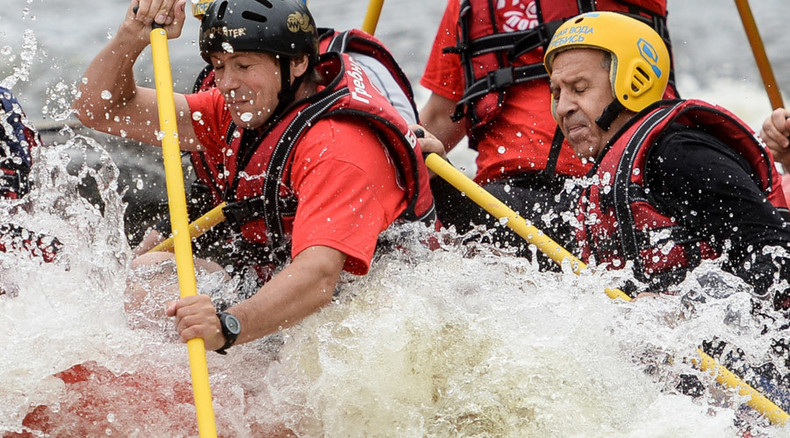 Russian FM 'rowing in tune': Lavrov sports paddling skills in extreme rafting course (VIDEO)