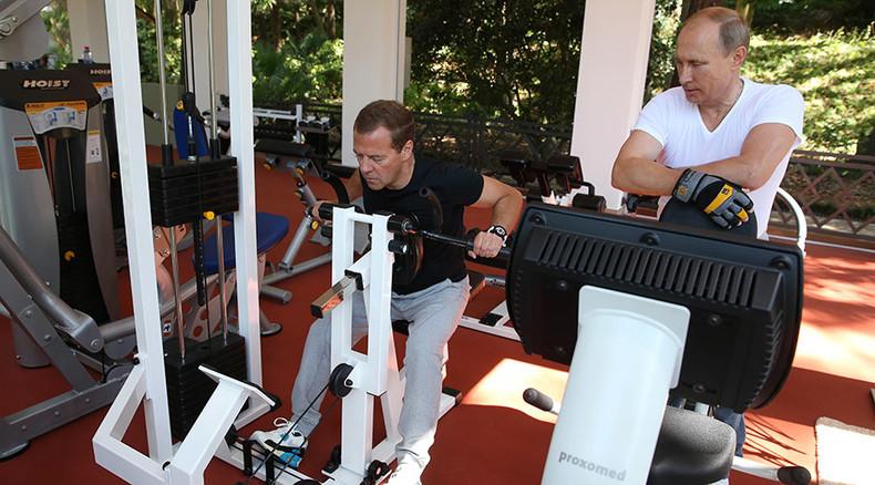 Dynamic duo: Putin, Medvedev pump iron in Sochi gym (PHOTOS, VIDEOS)