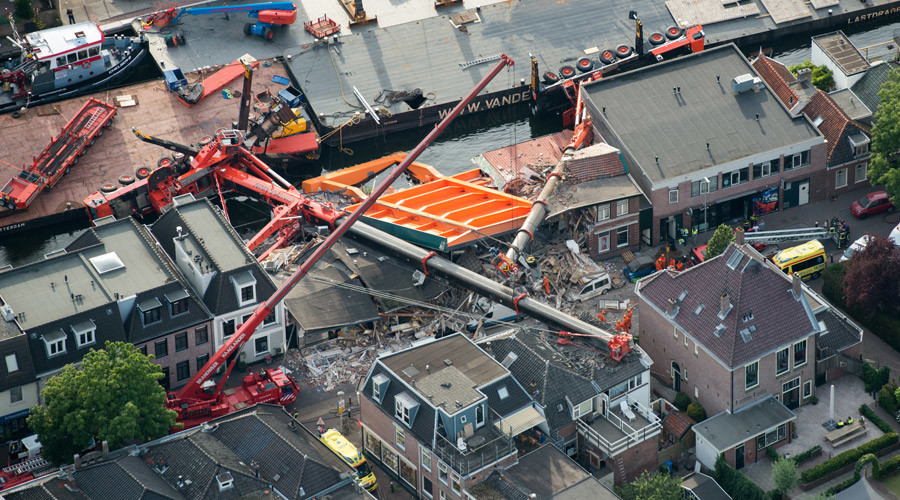 Two cranes collapse onto houses in western Netherlands (VIDEO)