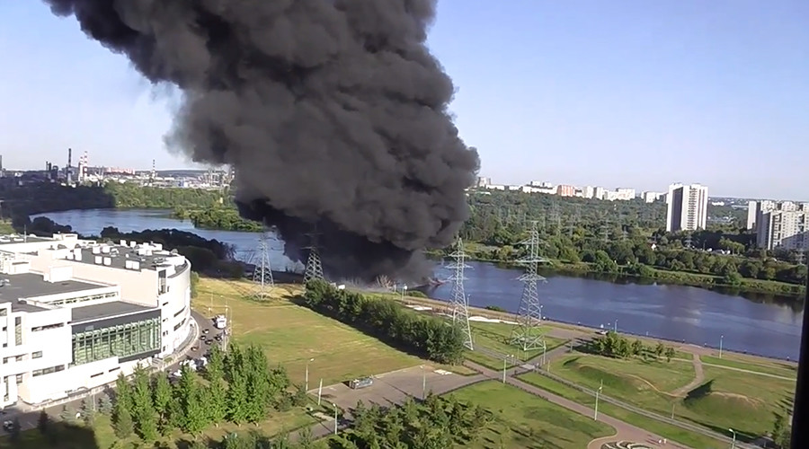 'Nuclear war in my neighborhood': Gigantic plume of black smoke causes panic in Moscow (VIDEO)