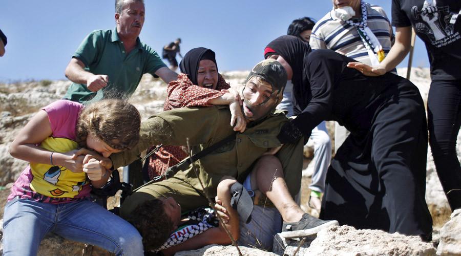 Palestinian women bite, fight off Israeli soldier trying to arrest 12-yo boy (PHOTOS, VIDEO)