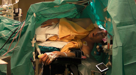 Tenor performs Schubert during brain tumor surgery (VIDEO)