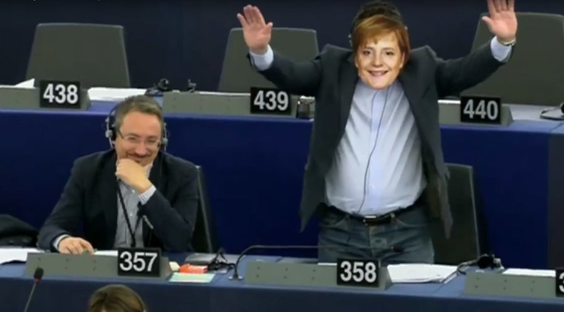 'Merkel mask'-wearing far-right Italian MEP interrupts Juncker speech with forced handshake (VIDEO)