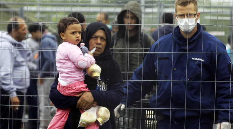 'Europe's Guantanamo': Refugees in Hungary fed 'like animals in pen' (VIDEO)