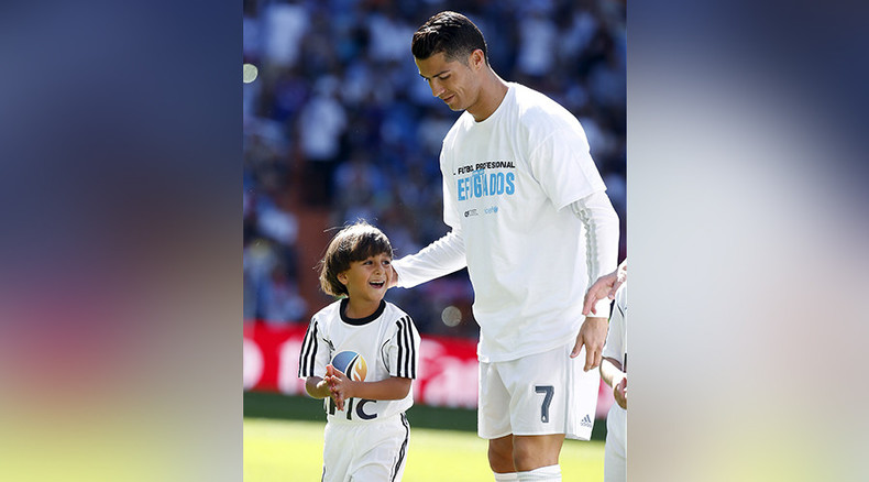 Cristiano Ronaldo meets Syrian boy tripped up by Hungarian camerawoman (VIDEO)