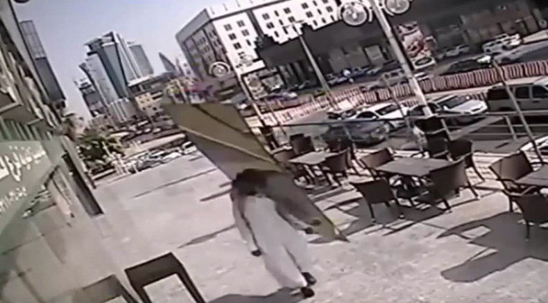 Huge glass panel falls inches from Saudi man's head (VIDEO)