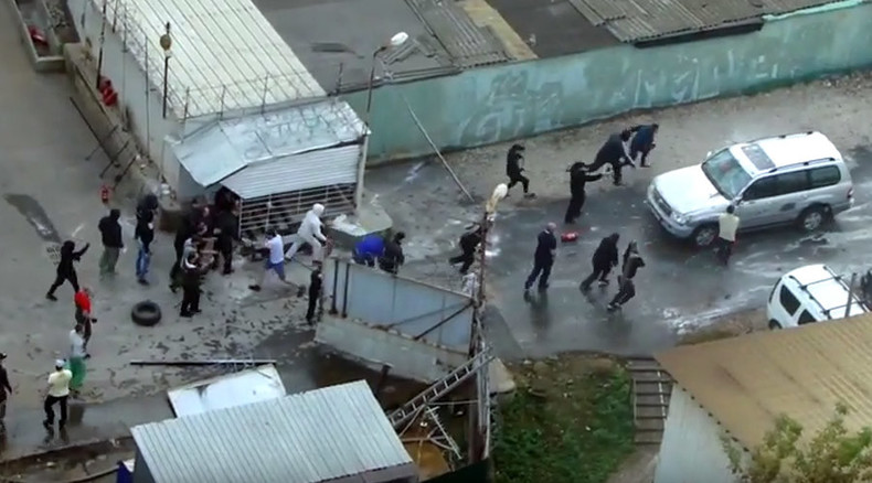 Sticks & rubber bullets against angry SUV transform Moscow garage complex into battle scene (VIDEO)