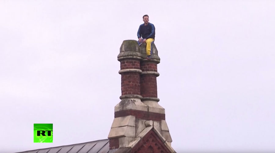 Convicted murderer's prison rooftop protest enters 2nd day (VIDEO)