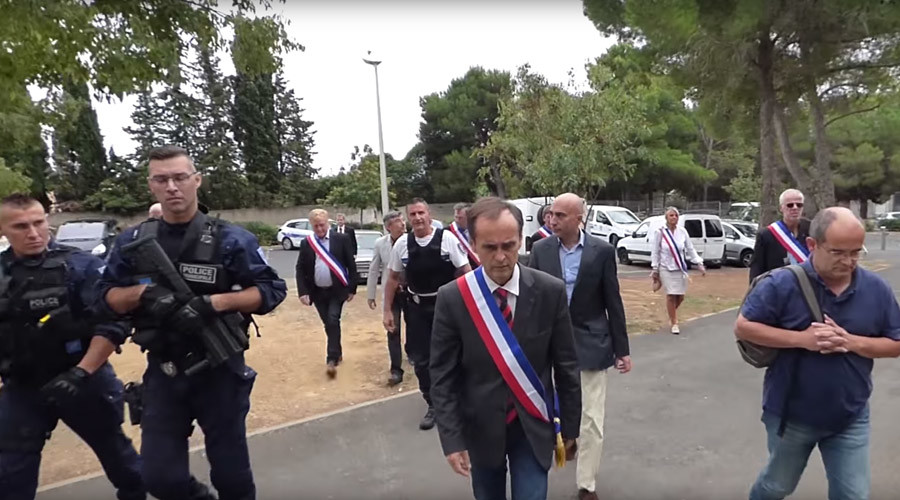 'You're not welcome': French mayor filmed trying to evict Syrian refugees (VIDEO)