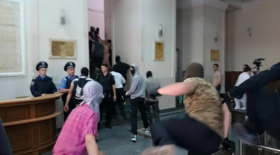 Around 200 masked men storm Kharkov city hall in Eastern Ukraine (PHOTOS, VIDEO)