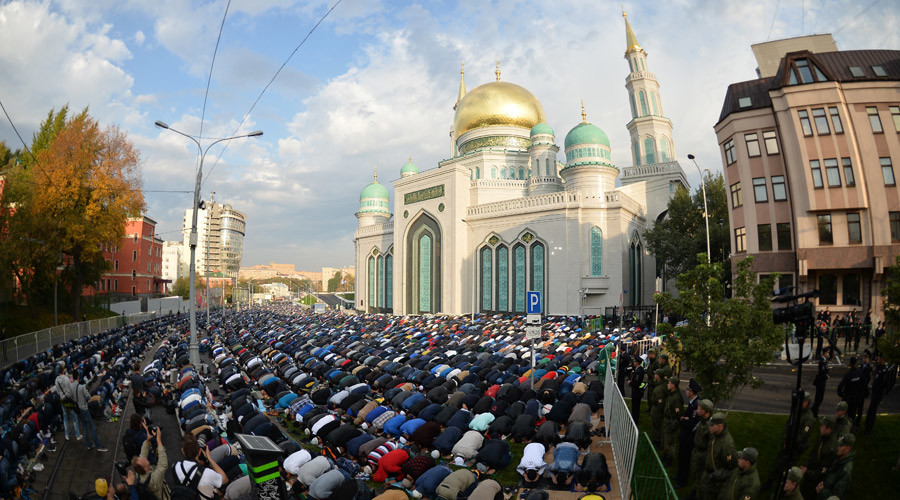 Almost 150,000 Muslims celebrate 'Feast of Sacrifice' in Moscow (PHOTOS)