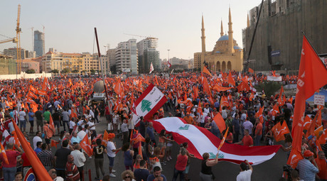 Supporters of the Free Patriotic Movement (FPM) carry flags during a protest in Beirut, Lebanon, September 4, 2015. © Aziz Taher