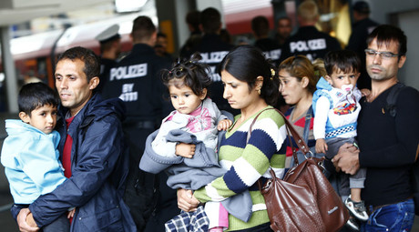 Migrants make their way after arriving by train at the main railway station in Munich, Germany September 7, 2015. © Michaela Rehle
