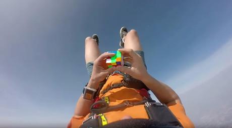 Robot's Rubik's revenge: Cult cube torn asunder in lightning fast solution bid (VIDEOS)