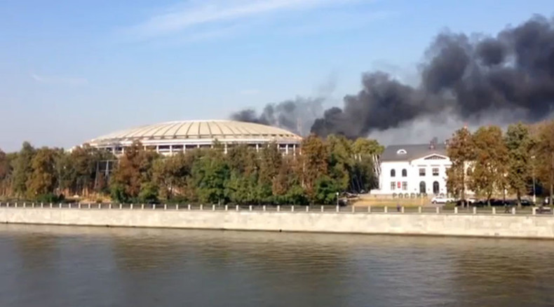 Plumes of black smoke as waste burned near 2018 World Cup final stadium in Moscow (VIDEO)