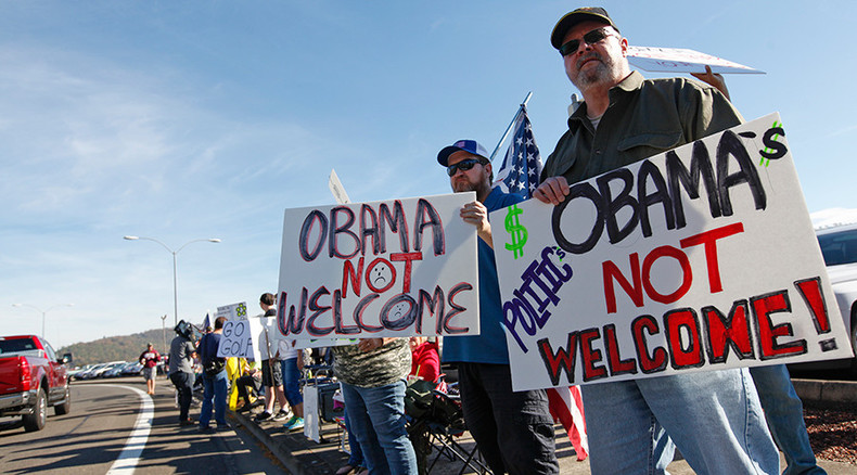 Hundreds of gun rights activists protest Obama during visit with Oregon shooting families