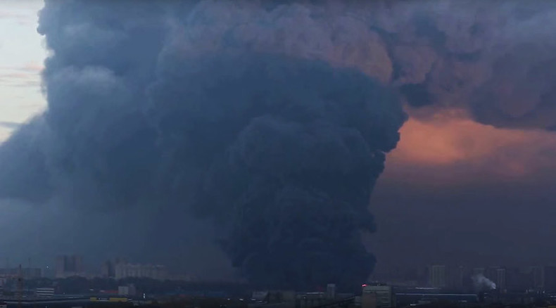 Apocalyptic pillar of smoke rises over St. Petersburg as fire destroys warehouse (VIDEO, PHOTOS)
