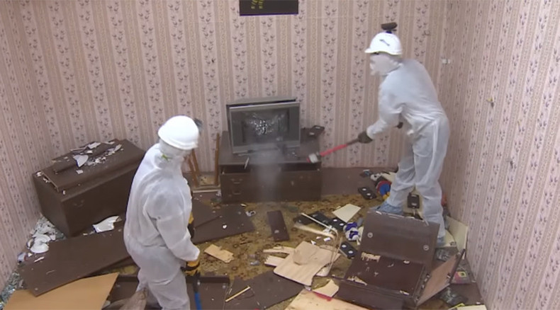 Rage against the room: Russians use sledgehammers to help ease stress (VIDEO)