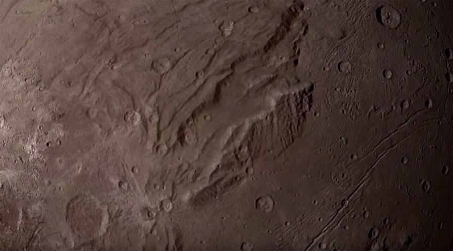 What flying over Pluto's moon Charon would look like (VIDEO)