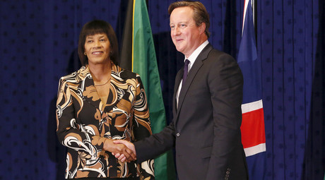 Jamaica's Prime Minister Portia Simpson-Miller (L) shakes hands with her British counterpart David Cameron at the Jamaica House in Kingston, September 29, 2015. © Gilbert Bellamy